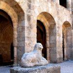 Здание было возведено в XIV веке для людей, пострадавших во время войны. Сегодня в этом месте расположился интереснейший музей