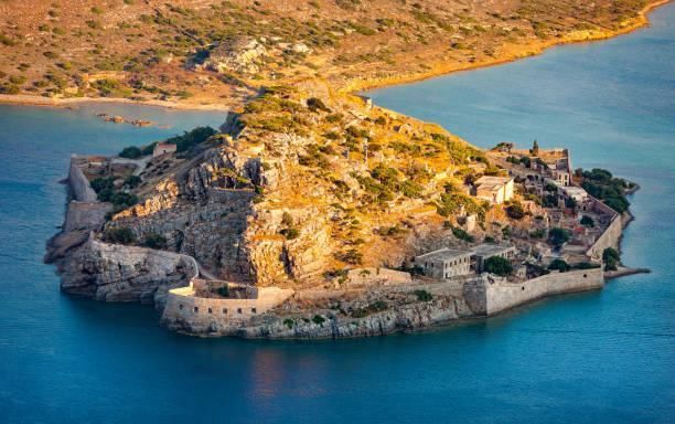 Небольшой островок не был по достоинству оценен жителями Крита вплоть до начала 16 века, когда обнаружили запасы соли. После этого Спиналонга вошел в состав области и стал активно использоваться