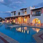 Большая часть отелей имеют рейтинг 4 и 5 звезд. Они располагаются на побережье с собственными оборудованными пляжами и предлагают гостям множество развлечений