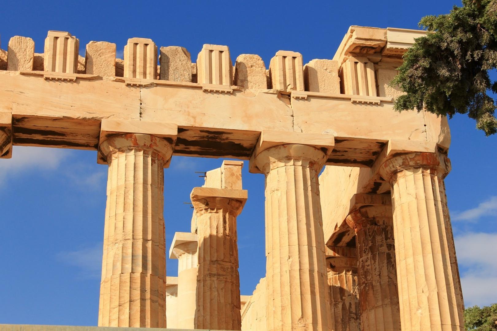 Парфенон представляет собой периптер - прямоугольное сооружение, обрамленное со всех сторон колоннами