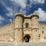 Родосская крепость представляет собой мощное сооружение, ведь до наших дней сохранилось большинство стен, бастионы, улицы, и даже дворец магистра не претерпел значительных изменений