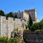 Родосская крепость представляет собой мощное сооружение, ведь до наших дней сохранилось большинство стен, бастионы, улицы, и даже дворец магистра не претерпел значительных изменений.