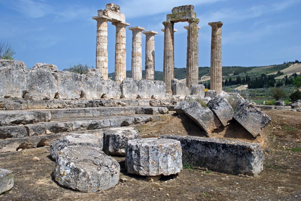 Руины святыни Зевса Немейского – это ряд колонн и небольшие фрагменты стен