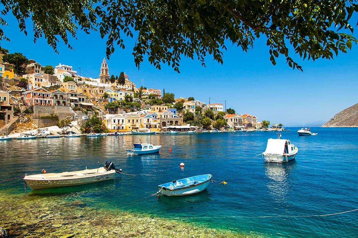 Сими – это остров, где находится единственная в мире обитель архангела Михаила Панормитиса, а также место, известное промыслом морской губки