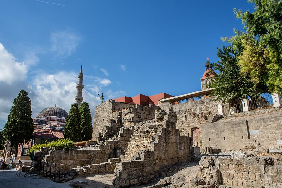 Старый город охраняется Юнеско, и это не удивительно, ведь он построен в 408 году до нашей эры, пережил правление греков, византийцев, римлян, осман, рыцарей и испанцев, прежде чем снова вернуться под крыло Греции