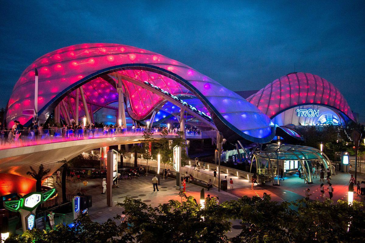 Площадка предназначена для взрослых посетителей и детей постарше. Аттракционы отображают моменты из «Звездных войн», «Трона», «Лило и стич»