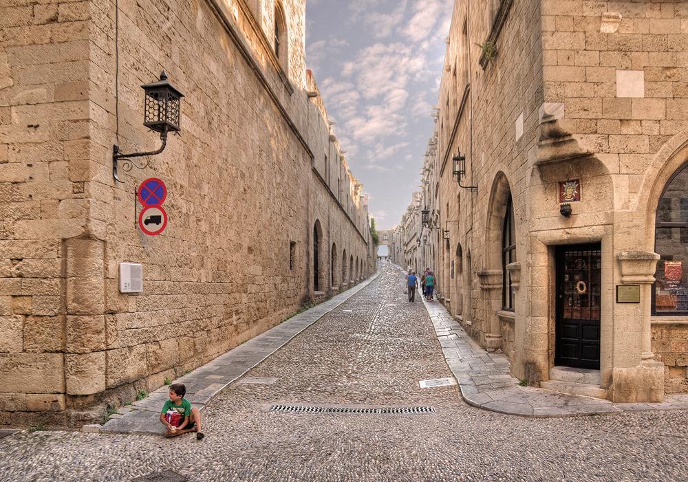 Это центральный проход Родосской крепости, который реставрировался по мере необходимости, но сохранил первоначальный облик