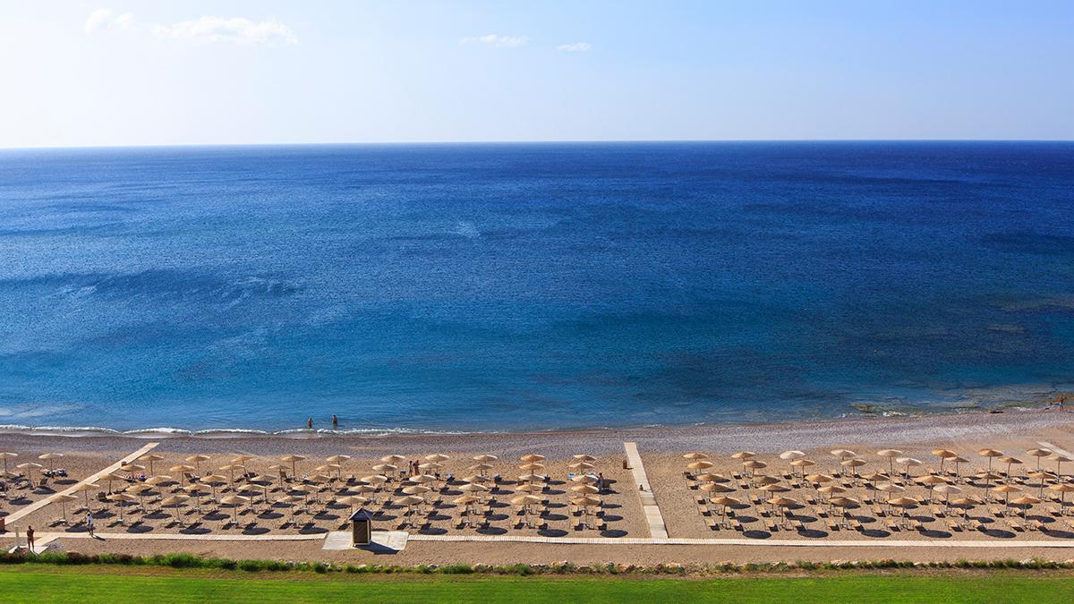 Пляж считается лучшим местом для семейного и отдыха с детьми благодаря постепенному заходу в море