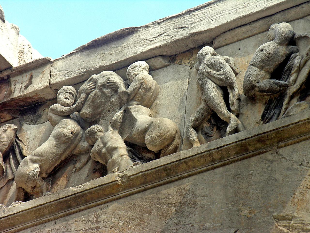 Если верить описаниям, когда-то убранство святилища составляли скульптуры Афины Паллады и Гефеста, отлитые из бронзы, а на стенах красовались разнообразные фрески и искусная мозаика – но ничего из этого не сохранилось