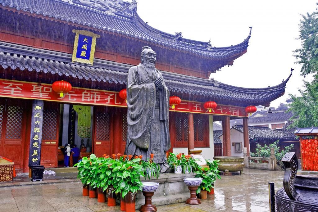 Вряд ли сегодня найдется хоть один человек в просвещенном мире, который ни разу не слышал имени древнего мыслителя и философа. В Шанхае ему посвящен единственный храмовый комплекс, который был построен в 1294 году.