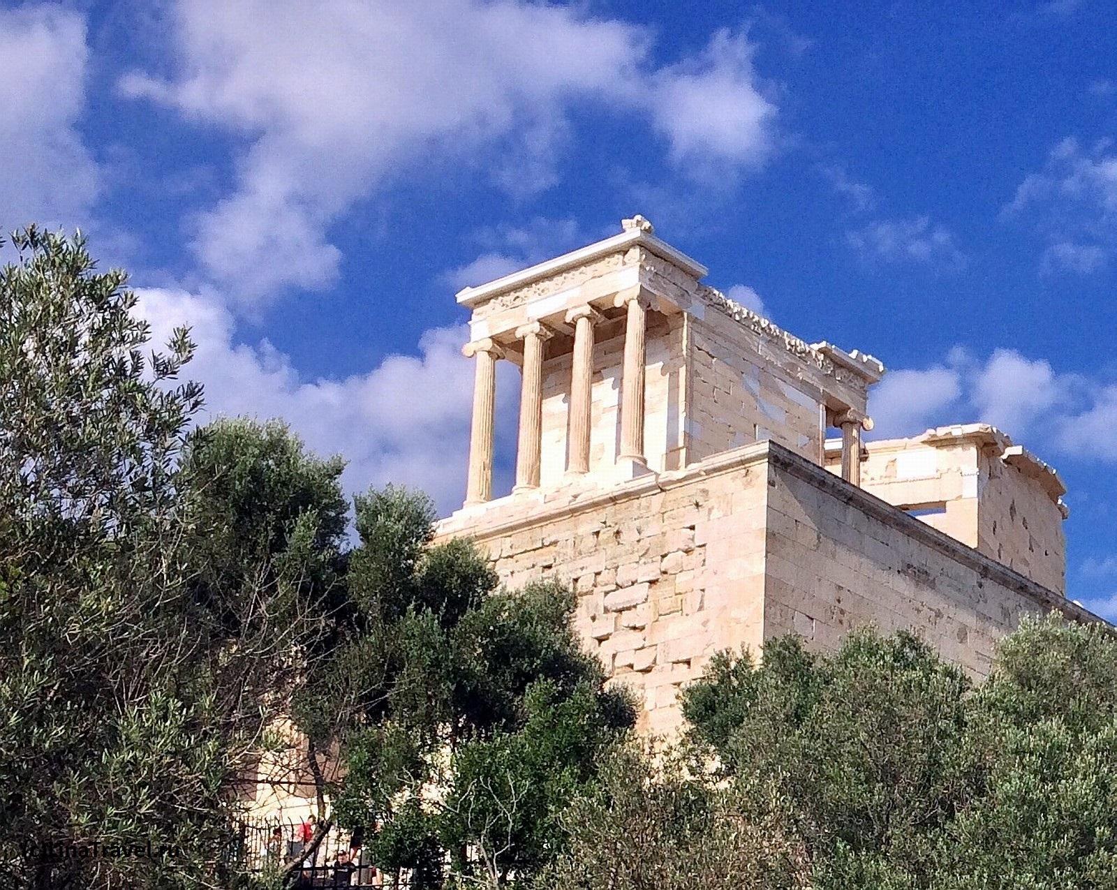 Здание выполнено в ионическом стиле, но архитектура подредактирована Калликратом, чтобы более соответствовать воинственному духу сооружения