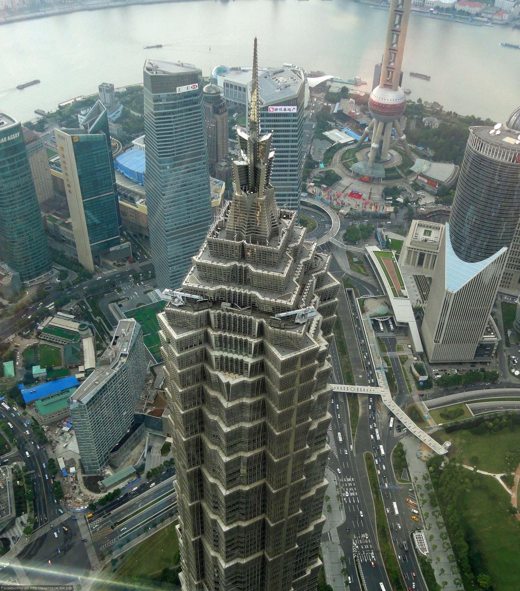 Третий небоскреб знаменитой «шанхайской тройки» ниже своих соседей – его высота всего 421 м с учетом шпиля и 366 м, если смотреть по последнему этажу.