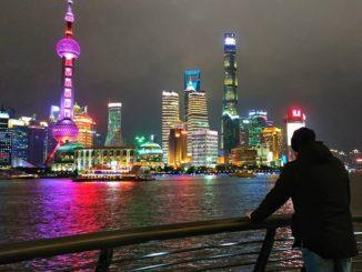 Город Шанхай - один из крупнейших населенных пунктов Китая, расположенный в его восточной части. Он настолько полюбился туристам, что многие ошибочно предполагают, что это столица государства, хотя этот статус принадлежит Пекину.