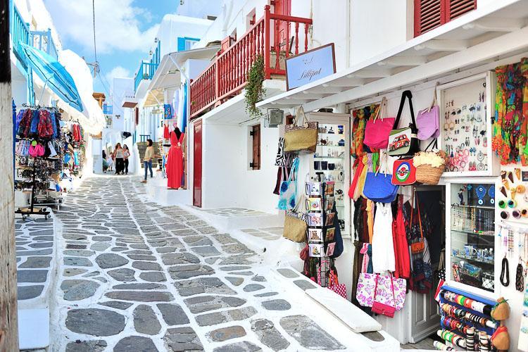 Многие люди приезжают в Грецию ради шопинга. Однако это не обоснованно, поскольку даже столица не претендует на модный центр, не говоря уже об островах