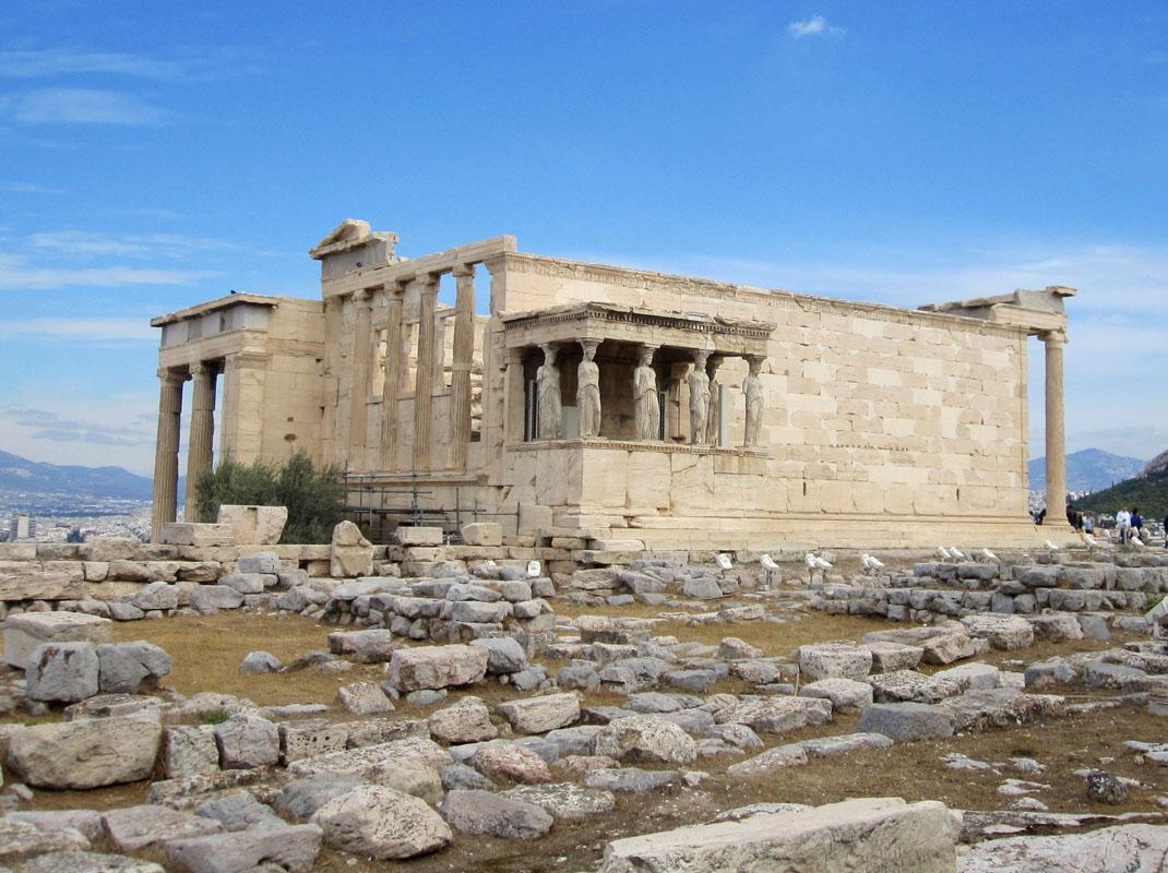 Здание расположилось неподалеку от Парфенона и выделяется своей особой архитектурой, не стандартной для соборов того времени