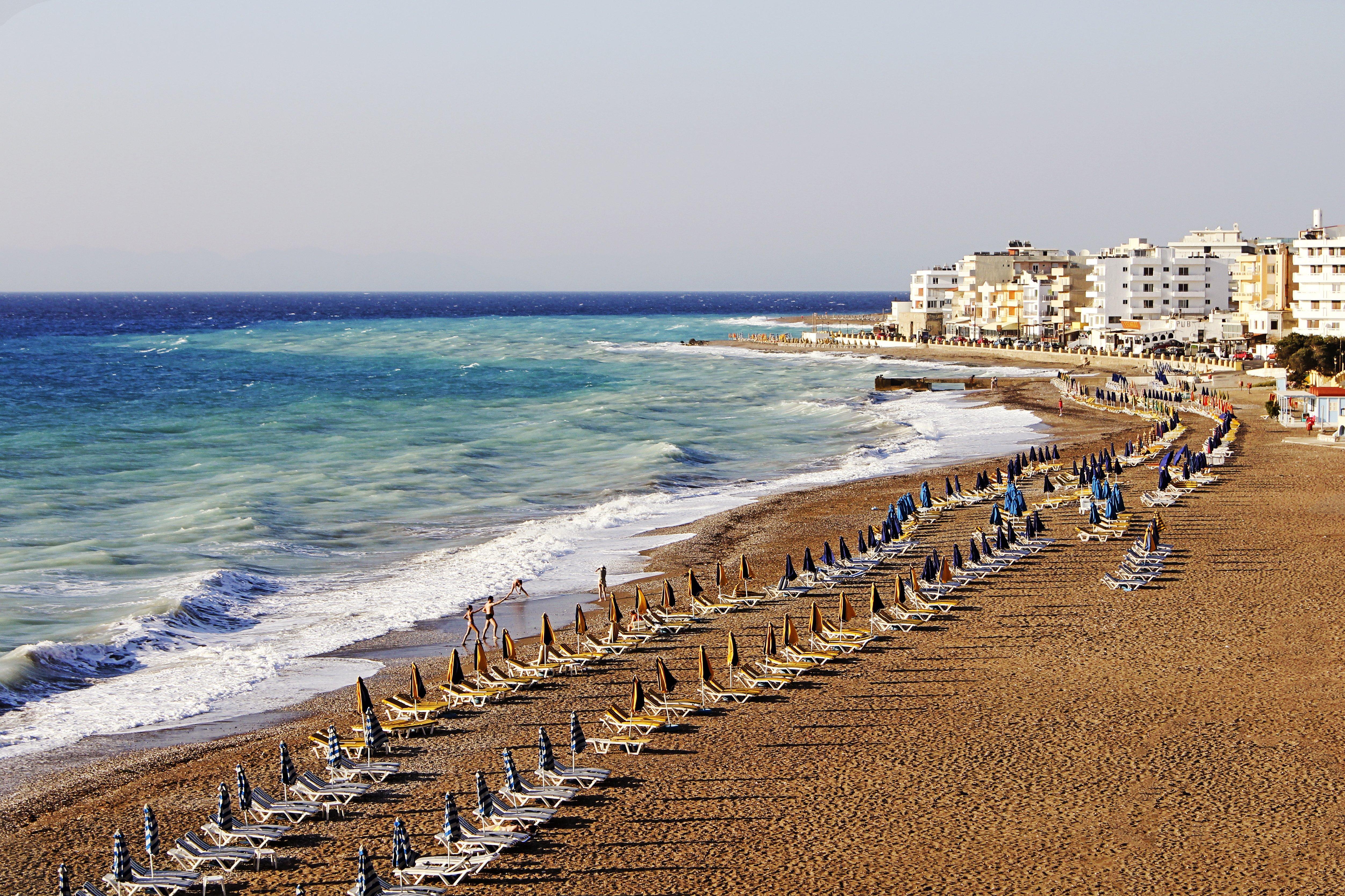 Маленький городок всего в 10 км от административного центра известен не историческими достопримечательностями, а пляжами, отлично подходящими для занятий серфингом и парусным спортом