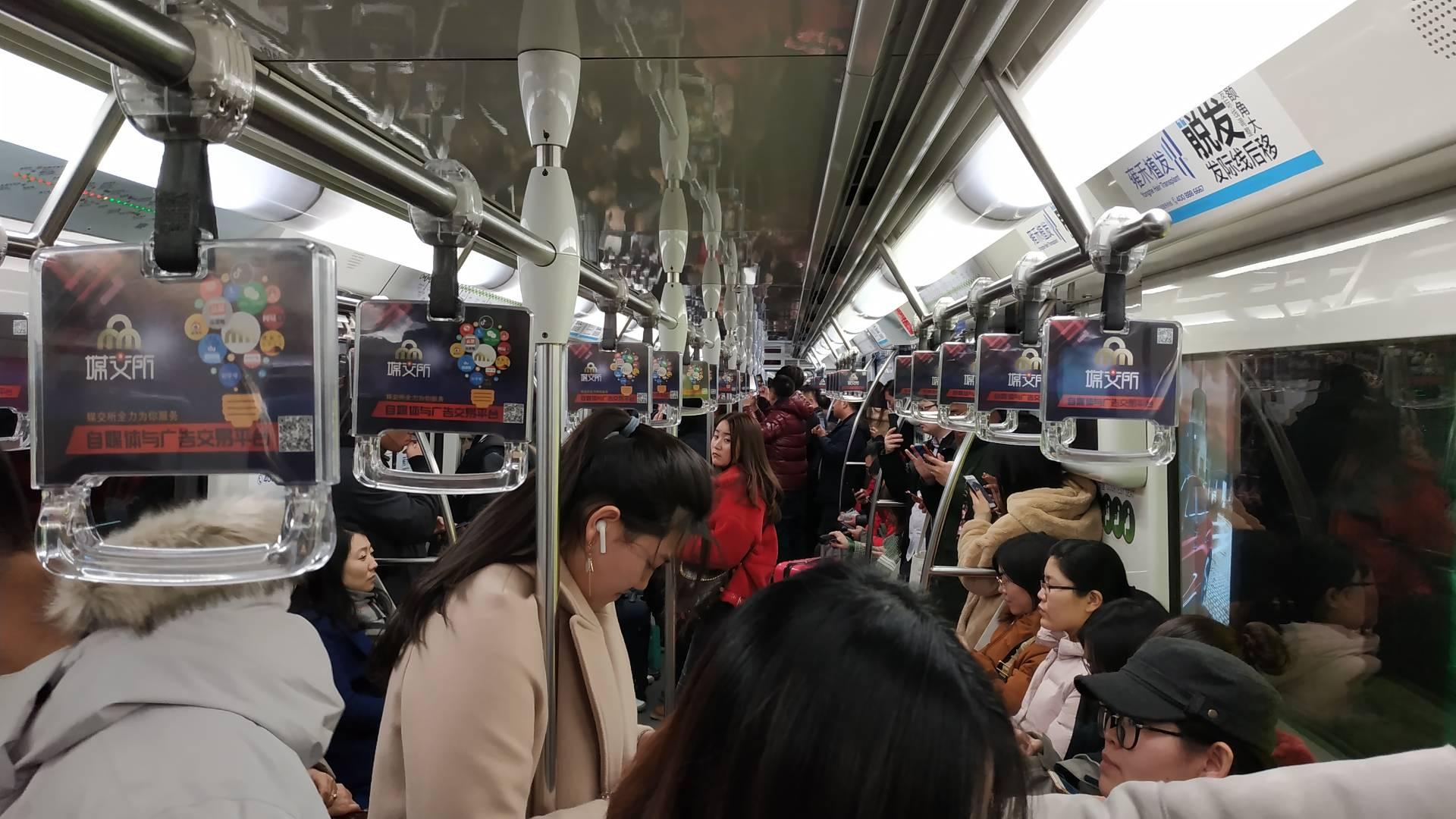 Все поезда шанхайской подземки оборудованы автоматическим управлением. Платформа огорожена дверьми, которые открываются непосредственно по прибытии поезда. Внутри состава нет дверей и перегородок, что позволяет максимально использовать полезное пространство