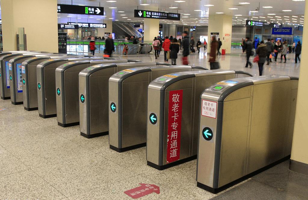 В подземке Шанхая строгая техника безопасности – это обязательная визуальная проверка охраной и пропуск массивного багажа через магнитную ленту. Если все нормально, можно покупать билет и проходить к турникетам.