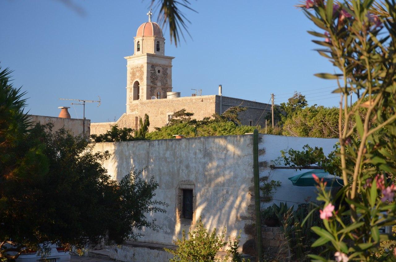 достопримечательности являются отсылками к разным историческим моментам жизни острова