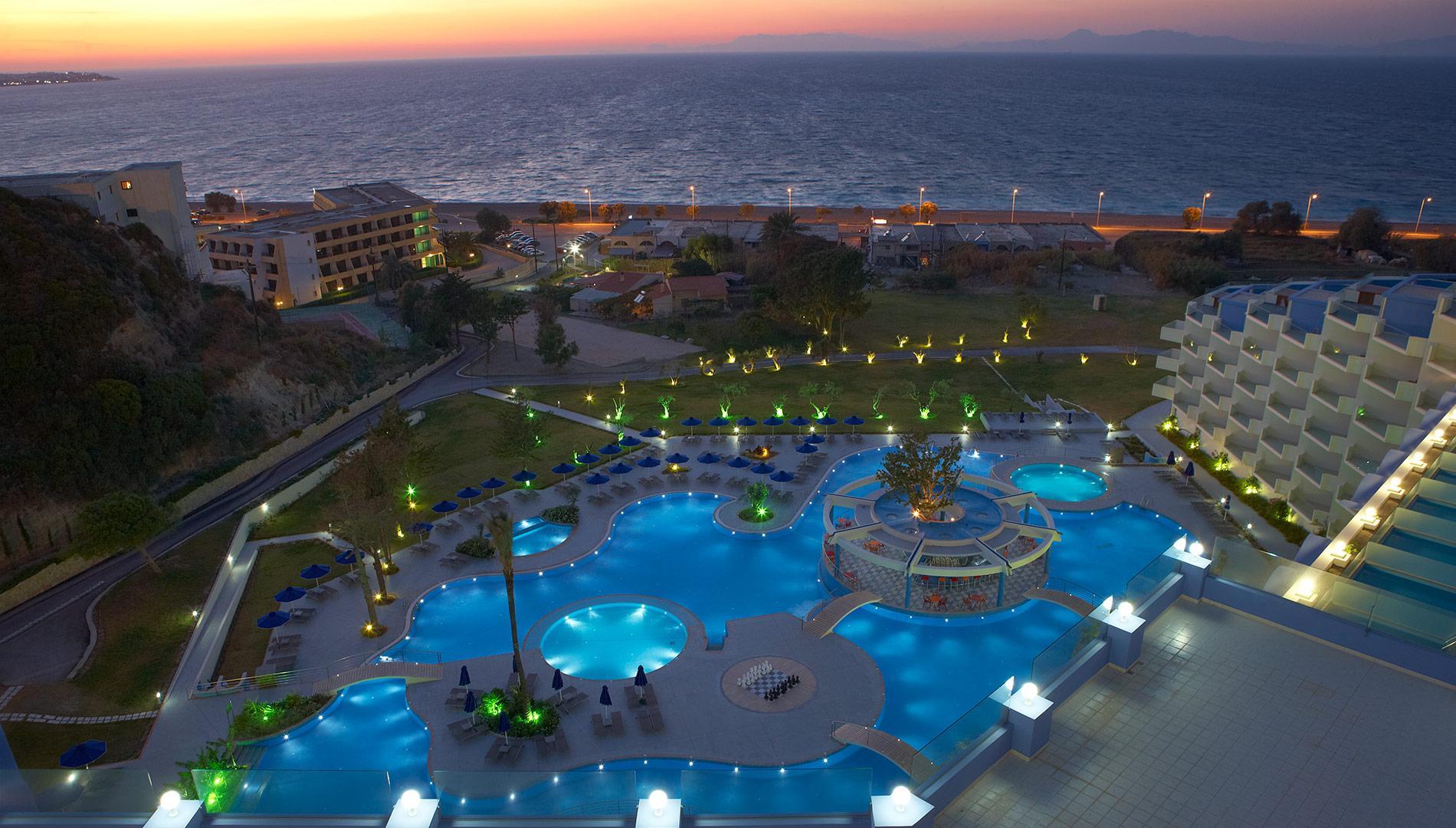 Имеет собственный пляж и предлагает гостям понежиться в одном из трех бассейнов