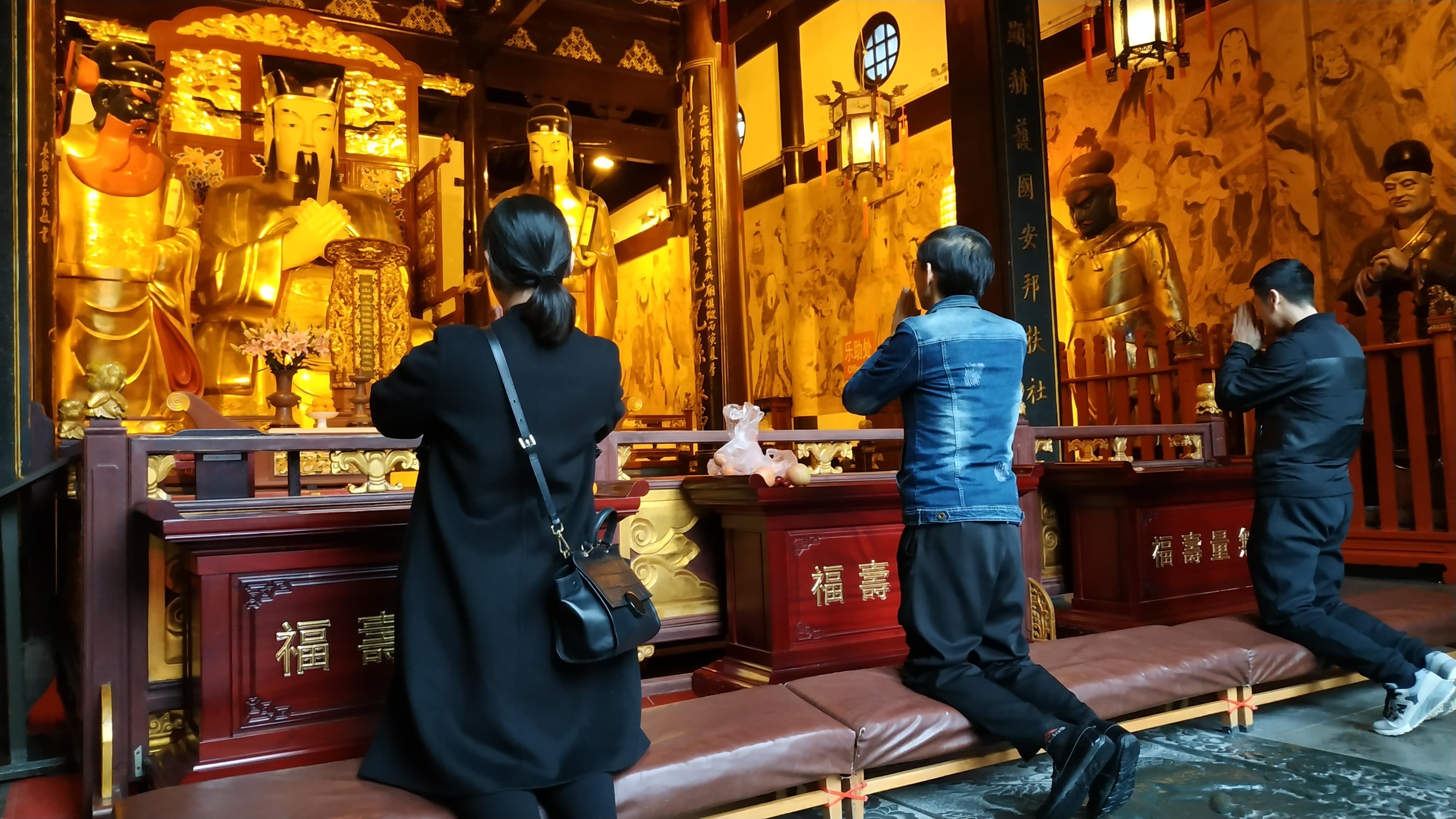 Единой религии в мегаполисе нет, но наибольшее распространение получили пять направлений: Буддизм; Протестантство; Даосизм; Католицизм; Ислам