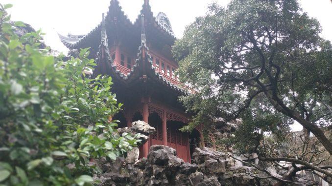 В центре старого города Наньши находится зеленый островок, название которого переводится как «Сад неторопливого отдыха» или «Сад радости».