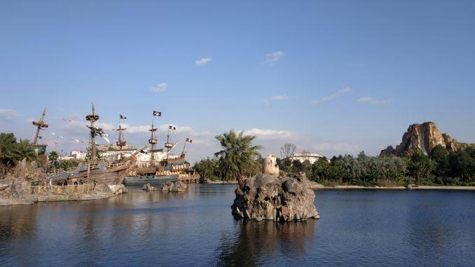 Популярная площадка оформлена в тематике «Пиратов Карибского моря»