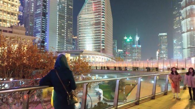 Необычный пешеходный мост круглой формы построен в 2010 году. Его основанная цель – сократить количество пробок, разделив транспортный и пешеходный потоки, была успешно реализована.