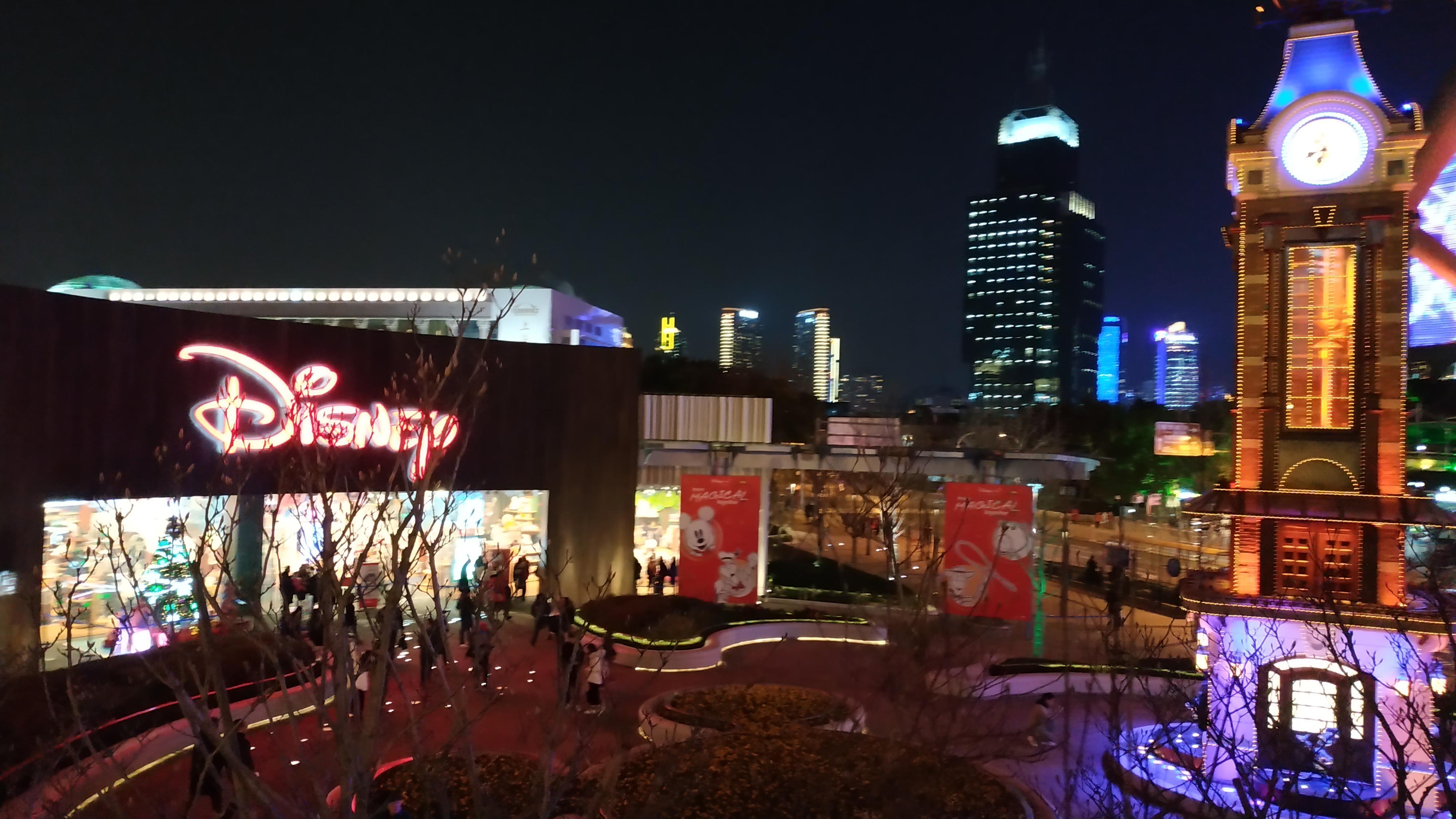 Магазин рядом с башней жемчужной в Шанхае