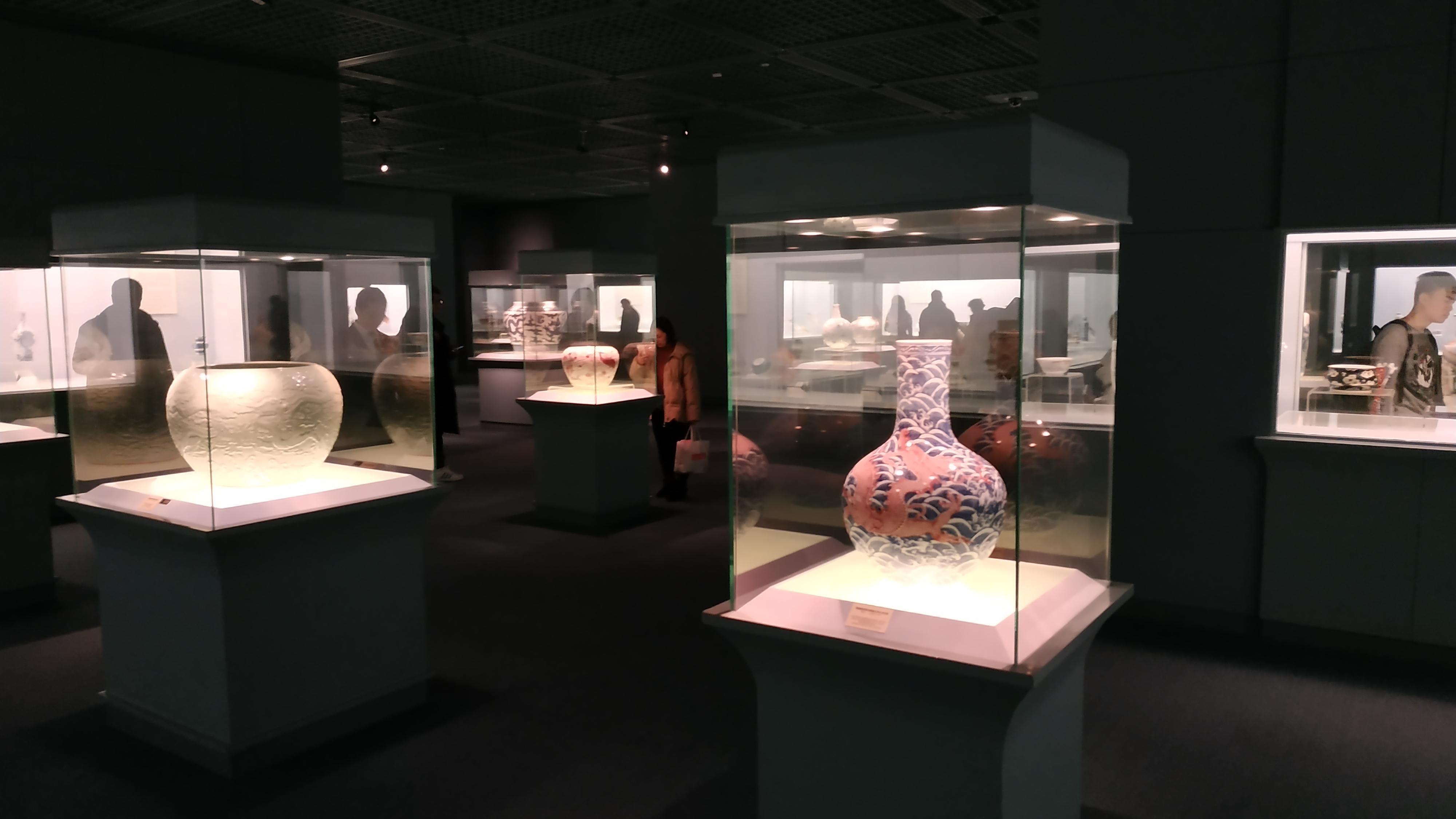 Шанхайский музей хранит предметы национального значения, в том числе один из трёх существующих образцов «прозрачных» бронзовых зеркал династии Хань.