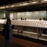 В музее собрано около 120 тыс. единиц хранения. Наиболее ценными являются коллекции изделий из бронзы, керамики, каллиграфия, мебель, нефритовые статуэтки, старинные монеты, картины, печати и скульптуры. Постоянно действуют 11 галерей и 3 специальных выставочных зала.