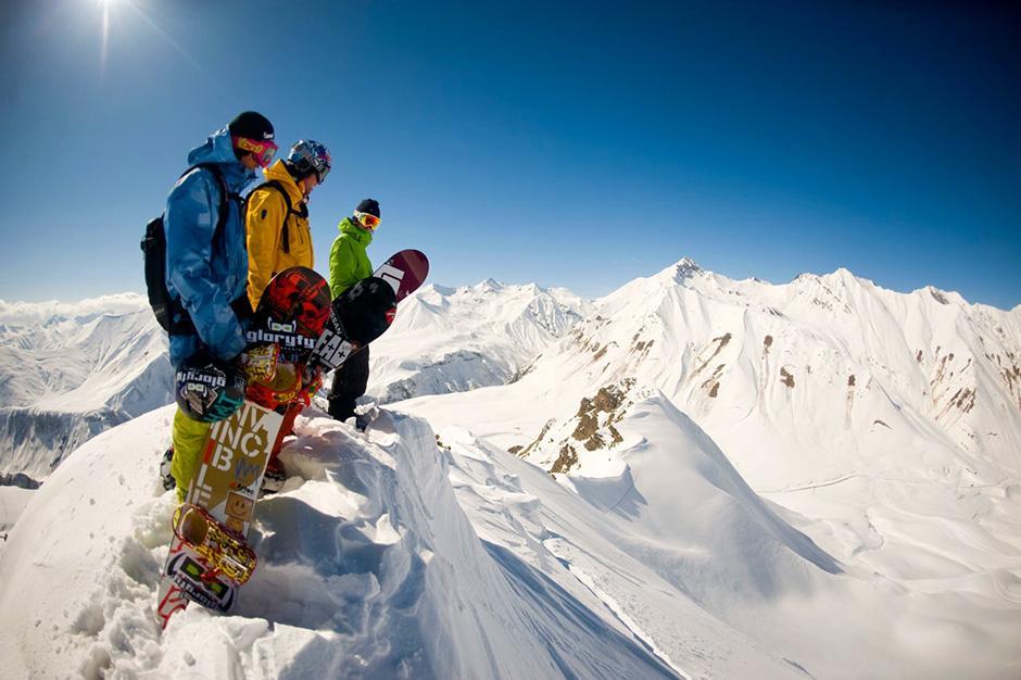 Катание на горных лыжах по склонам Кавказских гор – одна из основных целей поездки в Грузию. Нельзя отрицать, что такое времяпрепровождение потенциально опасно травмами. Узнать, где расположен ближайший травмпункт будет не лишним не только для себя, но и чтобы помочь другим отдыхающим.