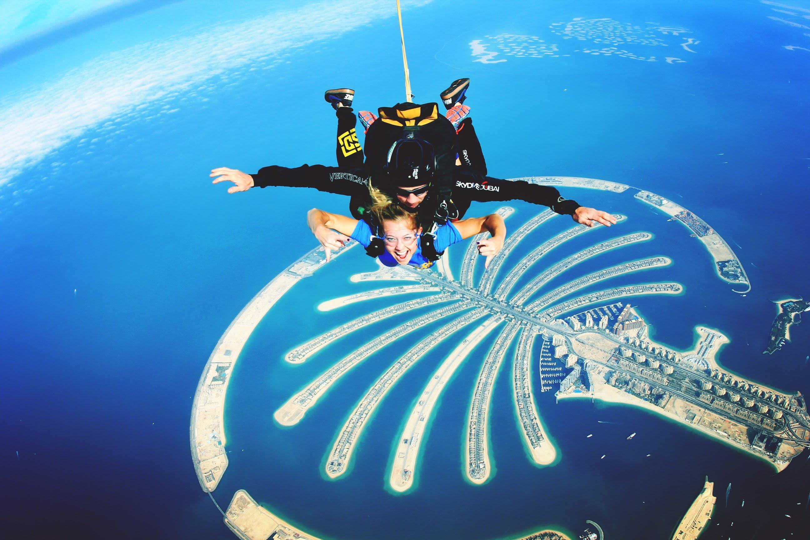 любители острых ощущений и ярких впечатлений смогут развлечь себя незабываемым приключением и прыгнуть с парашютом в Дубае с профессиональными инструкторами Skydive Dubai.