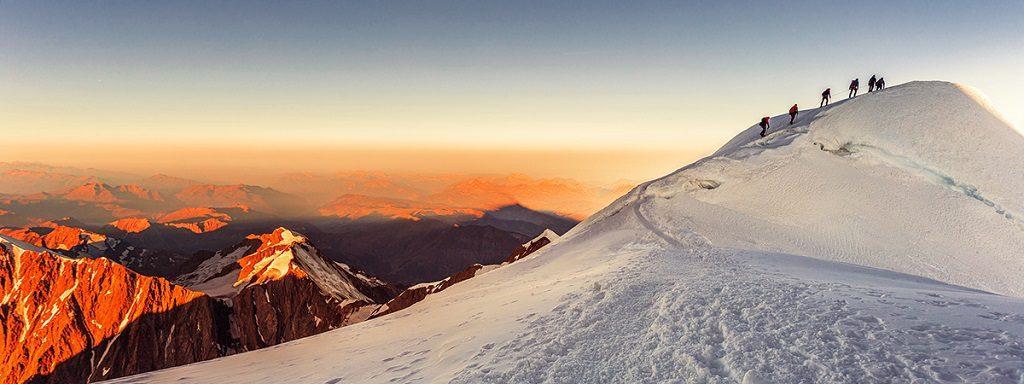 Крайне редко альпинисты отправляются в путь по незнакомой тропе самостоятельно. Чаще всего нанимают гида или записываются в состав существующей группы. Стоимость зависит от количества человек в группе и начинается от отметки 990 евро, достигая 2500 евро при индивидуальном восхождении