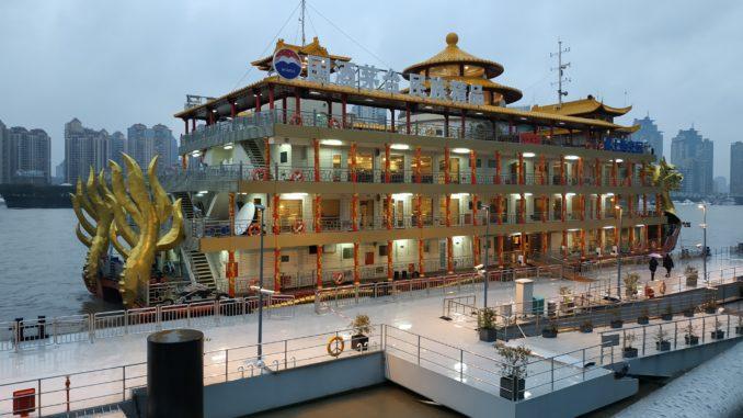 Город Шанхай - один из крупнейших населенных пунктов Китая, расположенный в его восточной части. Он настолько полюбился туристам, что многие ошибочно предполагают, что это столица государства, хотя этот статус принадлежит Пекину.- veryclose.ru Григория Яцунова