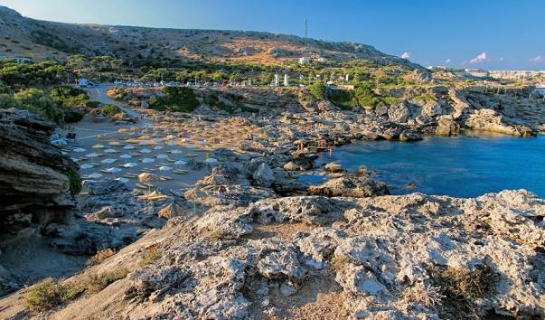 Одно из излюбленных туристических мест. Пляжи, скрытые горами Халкидики от ветров, редко бывают застигнуты штормом, поэтому вода тут нагревается лучше, чем на других курортах Кассандры.