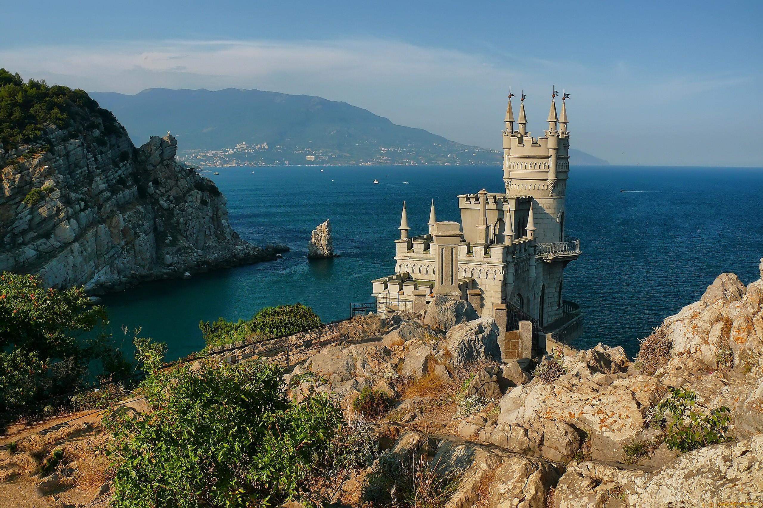 мае в Крыму до пляжного сезона далеко. Воздух прогревается максимум до +20, вода, мягко говоря, подходит для поклонников моржевания.