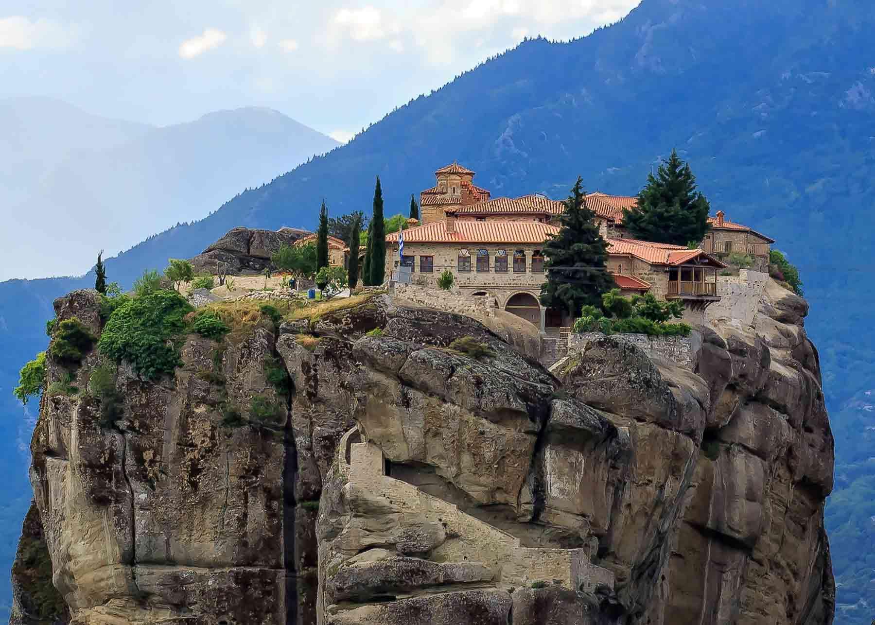 Вблизи города Каламбака расположились горные скалы, возвышающиеся вертикально вверх. На их вершинах есть плато с небольшими монастырями, построенными монахами в 14 веке.