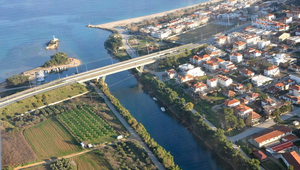 Небольшой городок раскинулся в самом начале островка по обе стороны от дороги, соединяющей «пальчик» с Халкидики.