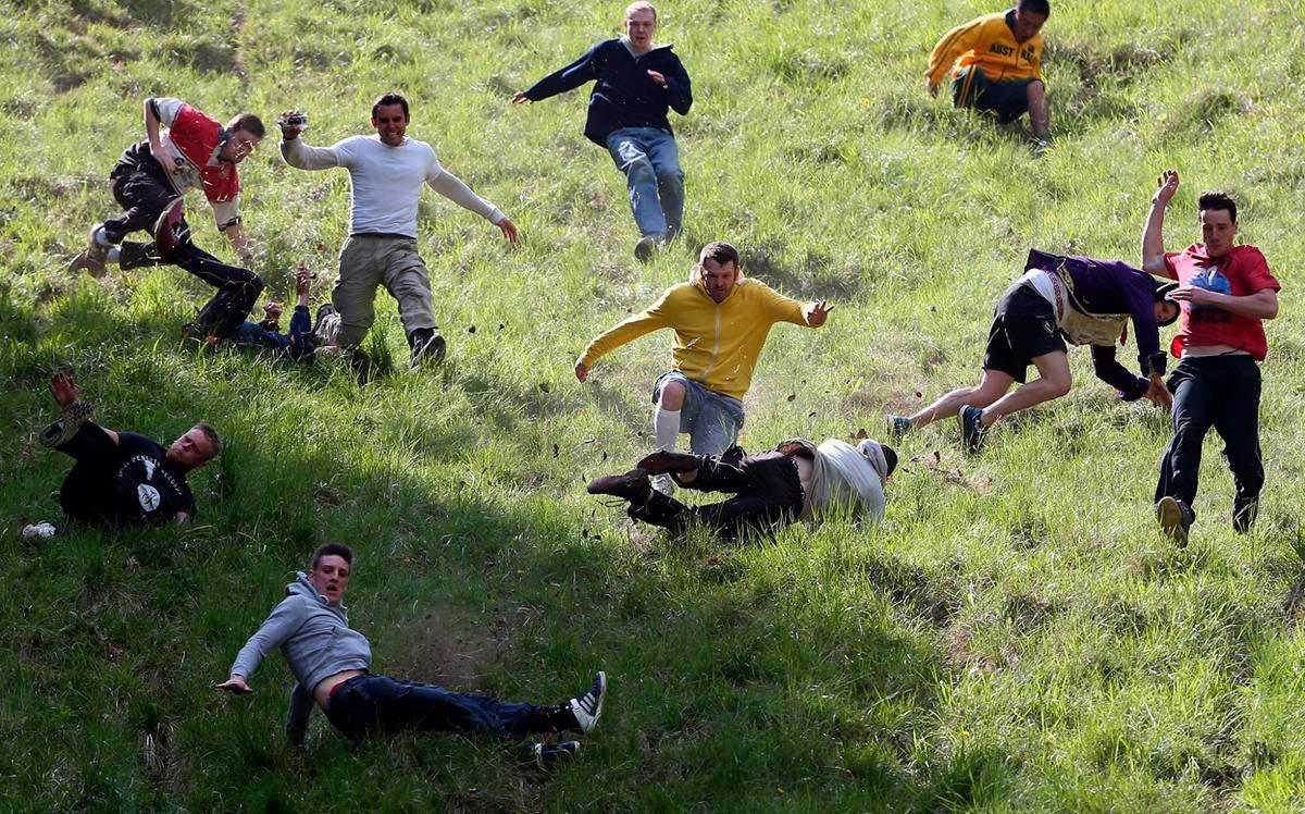 Традиционное народное развлечение проводится в последний понедельник (в 2019 году – 27 мая). На Куперском холме уже 200 лет проводится соревнование: с вершины катают головку сыра, участники соревнований бегут за ней вниз, стараясь догнать и поймать. Победитель получает славу и сыр.