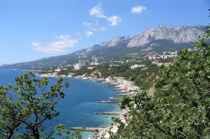 Южный Крым чаще принято называть «Южный берег Крыма» (ЮБК). Это особая зона на полуострове. Здесь все иное. Климат не степной, а субтропический, горы – высокие, море – глубокое.