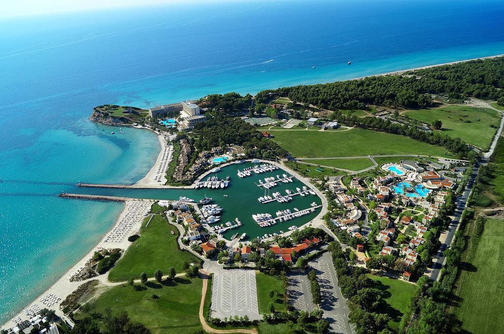 Всемирно известный курорт Кассандры располагается на ее западном берегу. На территории присутствуют в основном 4 и 5 звездочные отели, простирающиеся по обе стороны от живописной бухты.