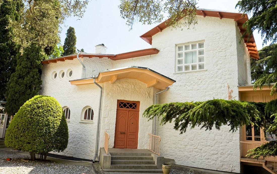 Дом Чехова в Ялте называется «Белая дача». В конце 19-го – начале 20-го века дом действительно был в дачном поселке.
