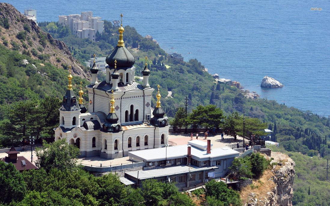 Самый южный населенный пункт Крыма. Отсюда ближе всего до турецкого берега. При прогулках по окрестностям стоит иметь при себе документы – Форос – это государственная граница России.