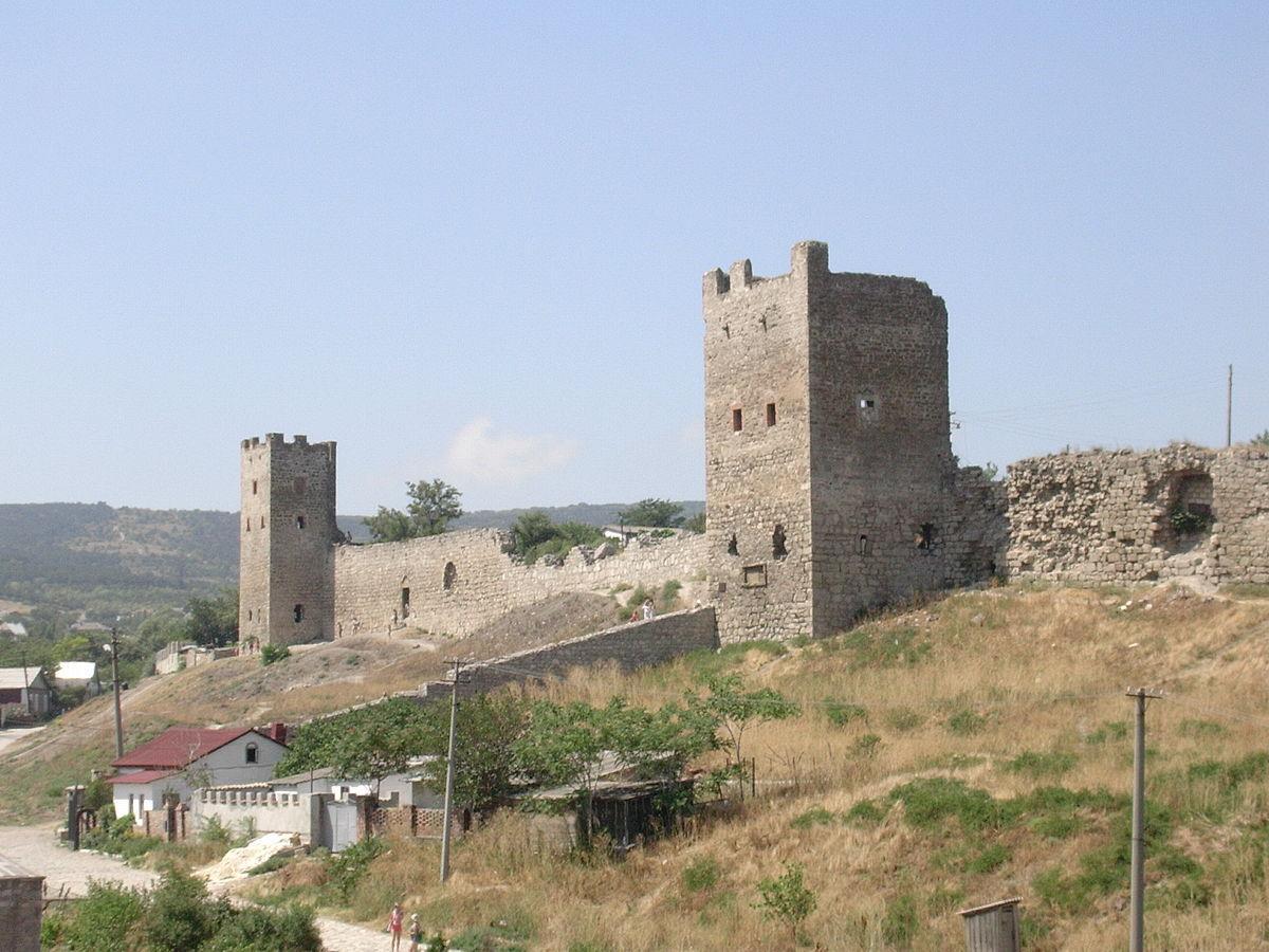 Генуэзцы пришли в Крым в 13 веке. Они выкупили у татар руины древней Феодосии, разрушенной гуннами в 4 веке нашей эры.