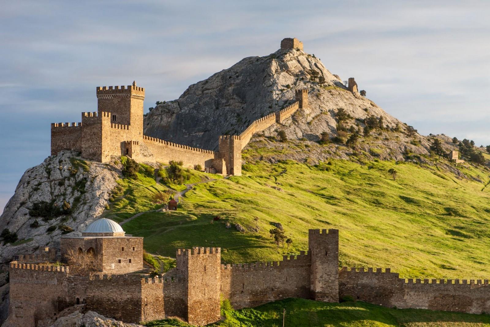 Крепость в Судаке была построена генуэзцами по всем правилам средневековой фортификации на месте старого византийского укрепления. Строилась она долго – почти сотню лет с 1371 по 1469 годы.