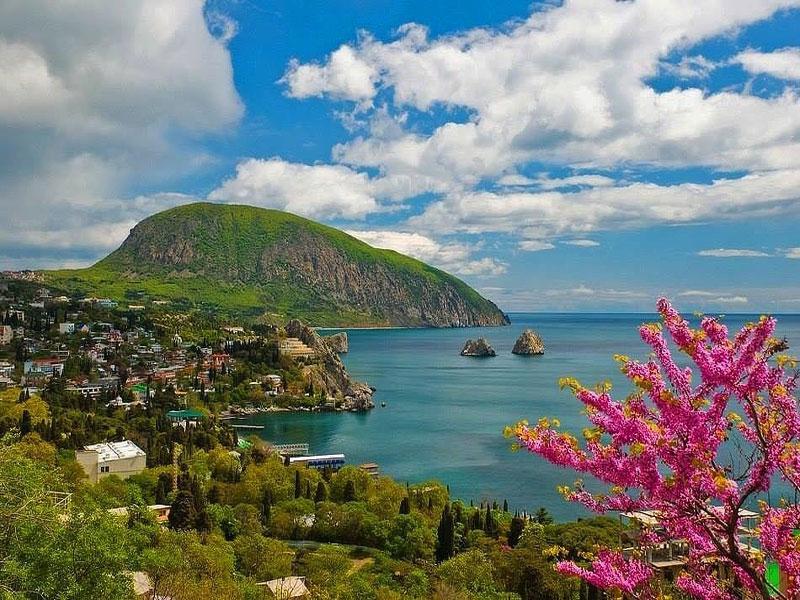Аю-даг является такой же визитной карточкой Крыма, как рукотворное чудо – Ласточкино Гнездо. Узнаваема она своей формой: издавна люди видели в ней медведя, пьющего воду из моря.