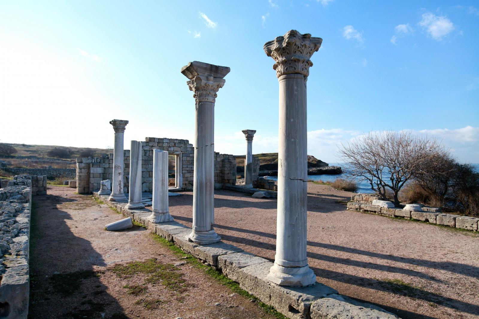 Город Херсонес был основан греками в 422 году до нашей эры. Через 300 лет город-государство растерял былое величие и независимость, но сохранил историческую застройку, остатки которой дошли до наших дней.