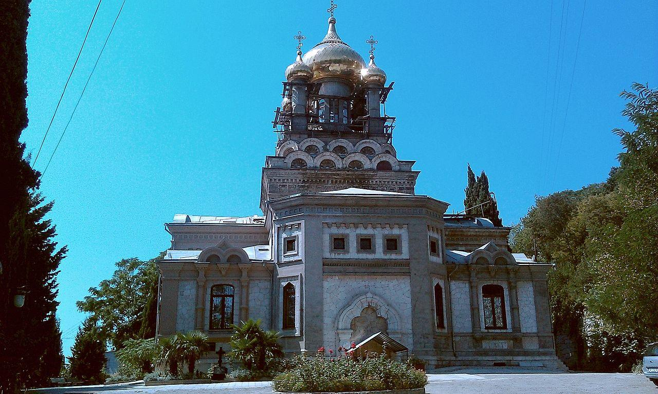 Белый храм с позолоченными куполами получился как симбиоз русского и византийского стилей архитектуры.