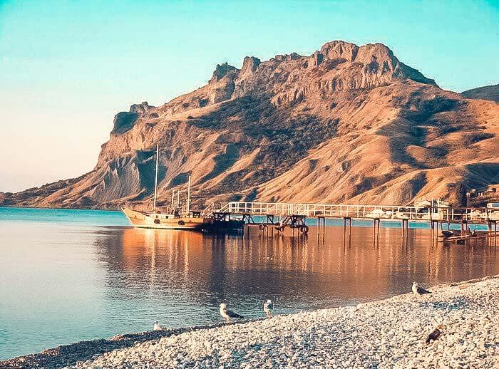 Поселок у потухшего вулкана Карадаг давно облюбовали представители богемы: фантастические пейзажи с вулканом на фоне моря вдохновляют художников, поэтов, писателей.
